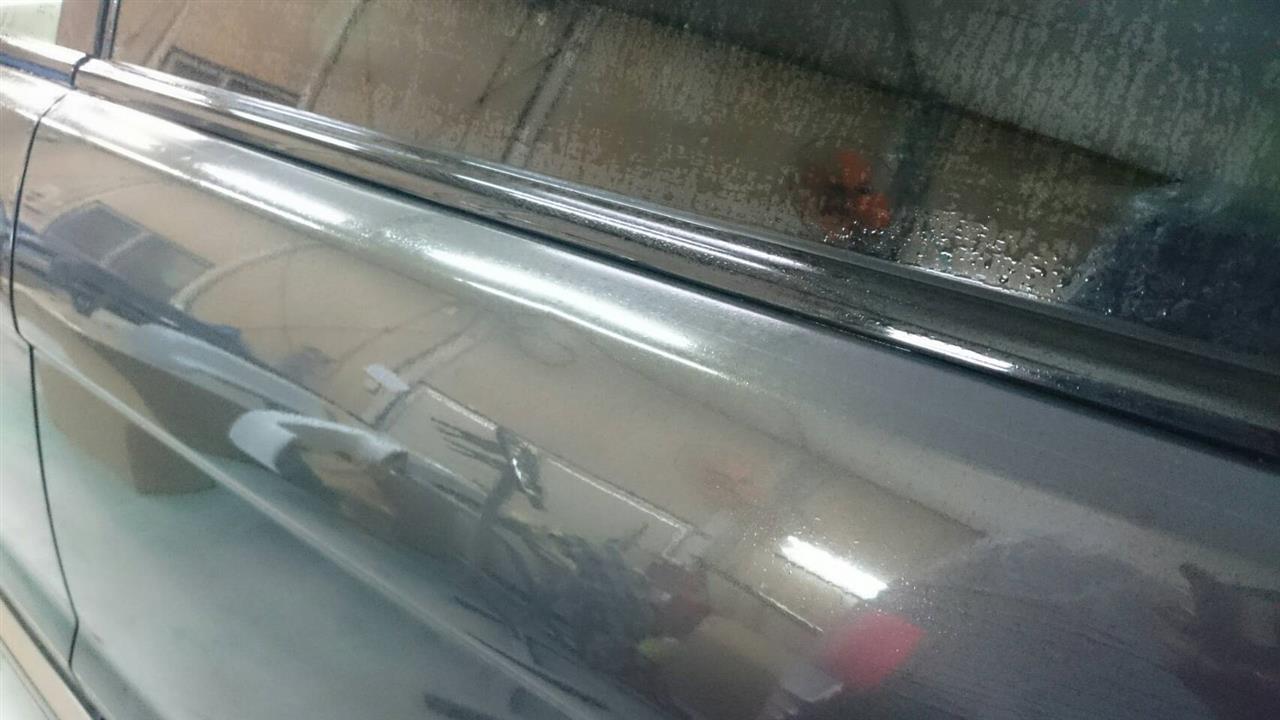 立川市の車の板金塗装修理工場 ガレージローライドのランドローバー レンジローバー イヴォークの左リヤフェンダのキズ へこみ の板金 修理 塗装 です。