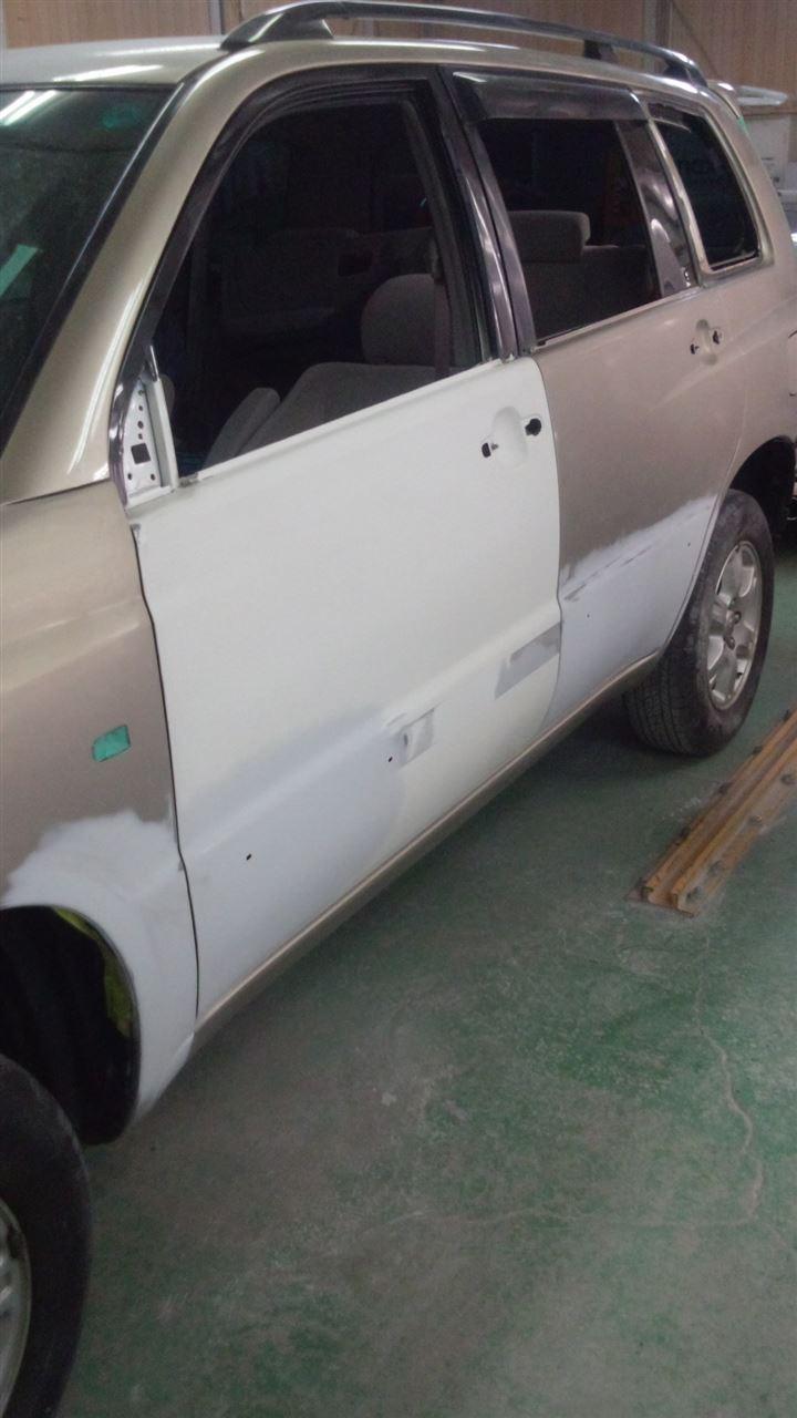 東京都立川市の車の板金塗装修理工場 ガレージローライドのトヨタ クルーガーの左側面のキズ へこみ の板金 修理 塗装 です。