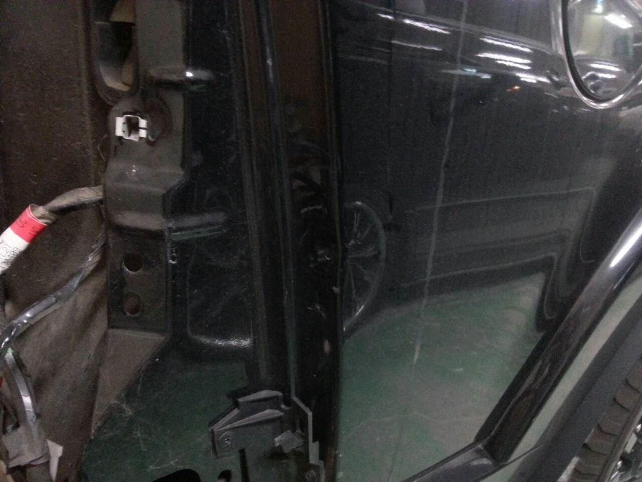 東京都立川市の車の板金塗装修理工場 ガレージローライドのフォード エクスプローラーのリヤまわりのキズ へこみ の板金 修理 塗装 です。