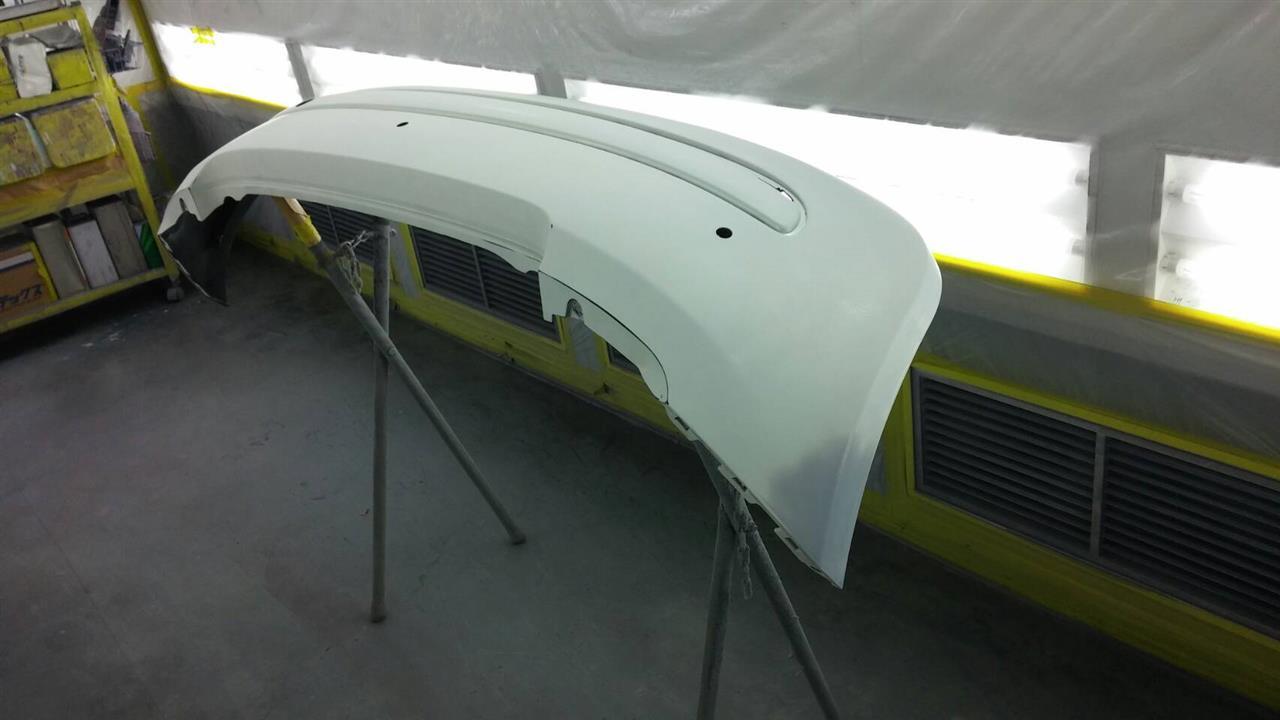立川市の車の板金塗装修理工場 ガレージローライドのフィアット500Cの左ドア 左リヤフェンダ等のキズ へこみ の板金 修理 塗装 です。