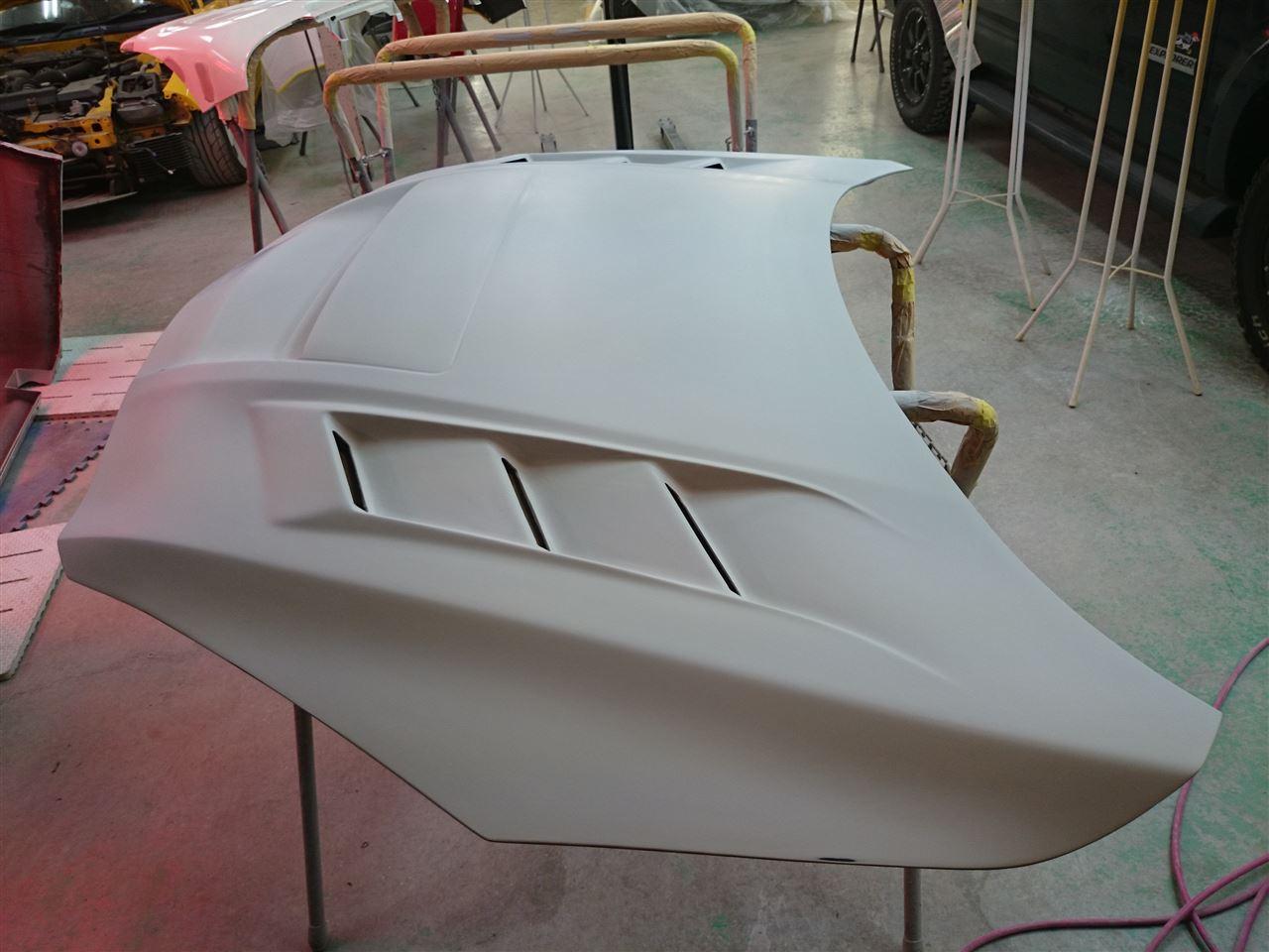 東京都立川市の車の板金塗装修理工場 ガレージローライドのマツダ アクセラの社外FRP製ボンネットの塗装 取付です。