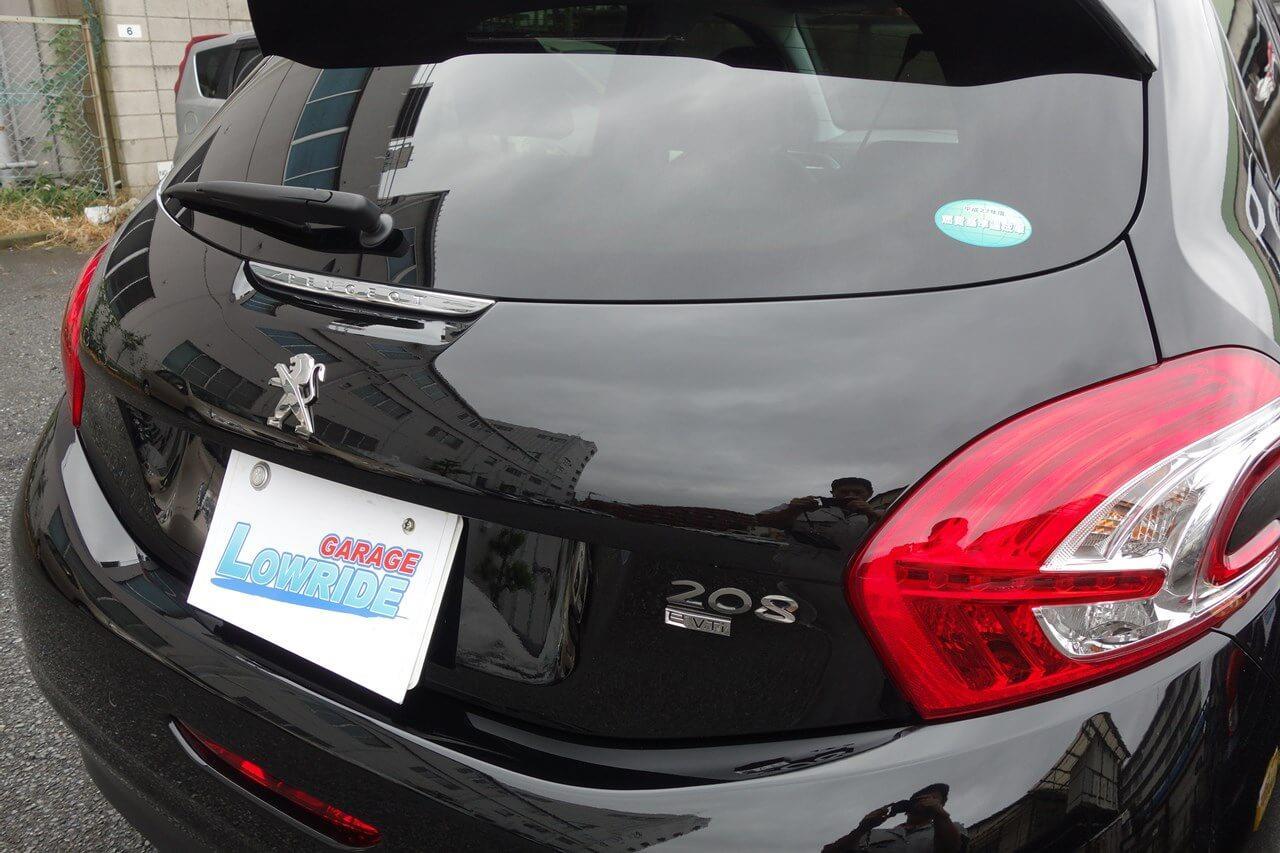 立川市の車の板金塗装修理工場 ガレージローライドのプジョー208のバックドアキズ修理・塗装、ボディ磨き&ジーゾックスリアルガラスコート艶プラス施工です。