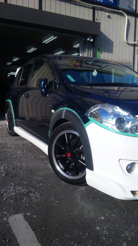 東京都立川市の車の板金塗装修理工場 ガレージローライドの日産 ティーダのインパル製のエアロパーツ フルエアロ 塗装 取り付け です。