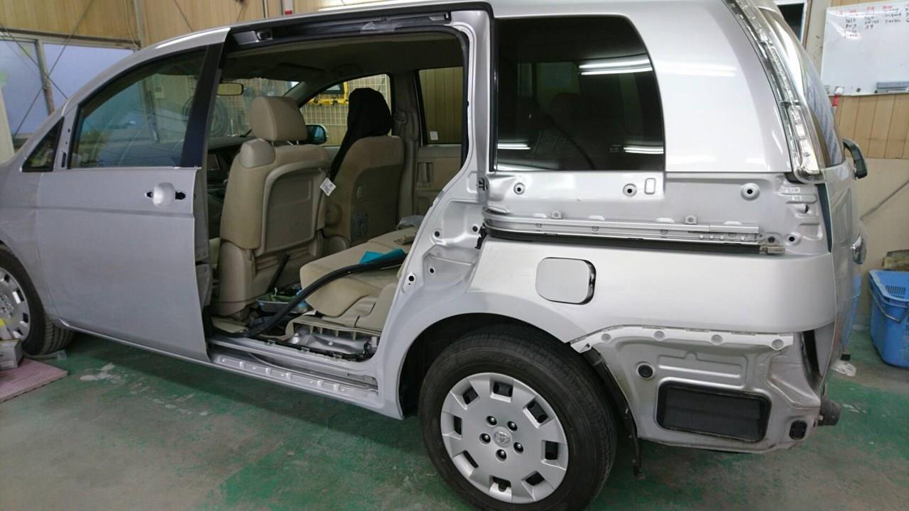 立川市の車の板金塗装修理工場 ガレージローライドのトヨタ アイシスの左スライドドア・リヤフェンダのキズ へこみ の板金 修理 塗装 です。