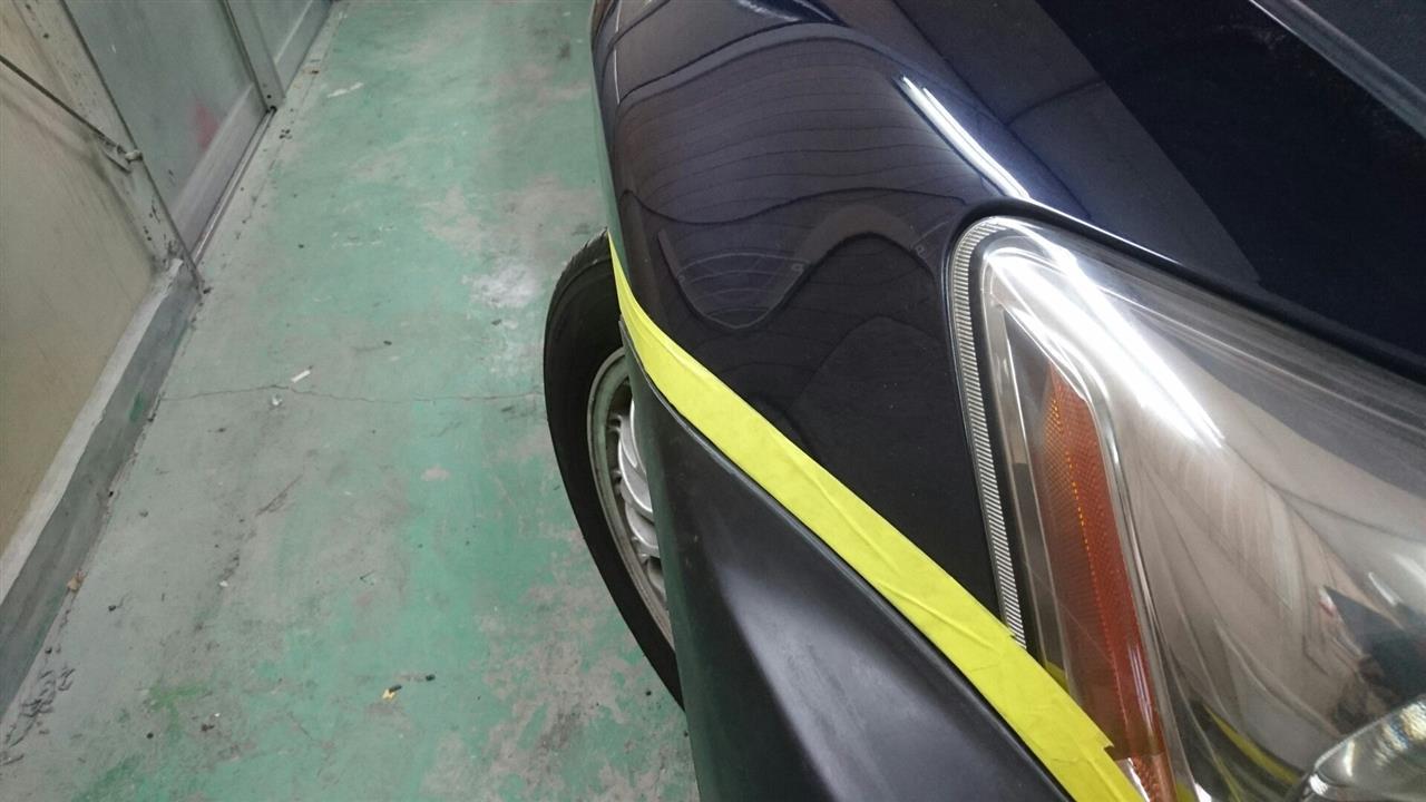 立川市の車の板金塗装修理工場 ガレージローライドのトヨタ レクサスISの社外フロントバンパ塗装 取付 です。