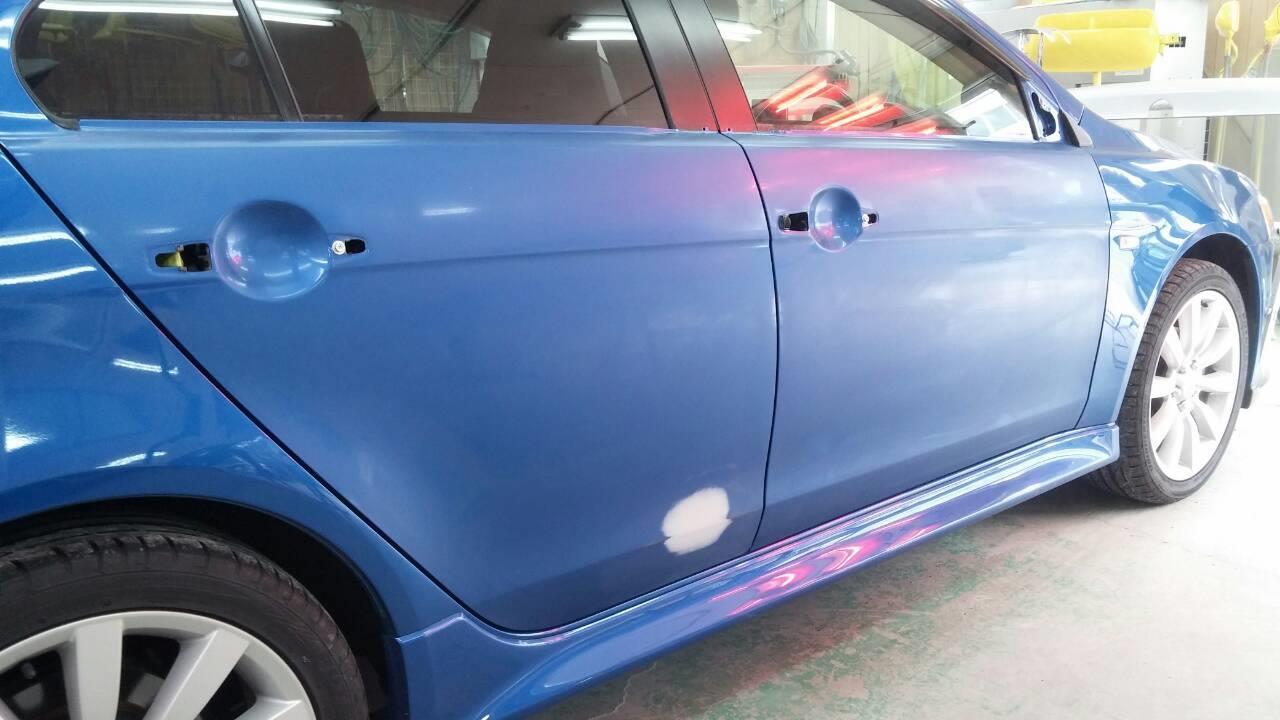 立川市の車の板金塗装修理工場 ガレージローライドの三菱 ギャラン フォルティスの右リヤドアのキズ へこみ の板金 修理 塗装 です。