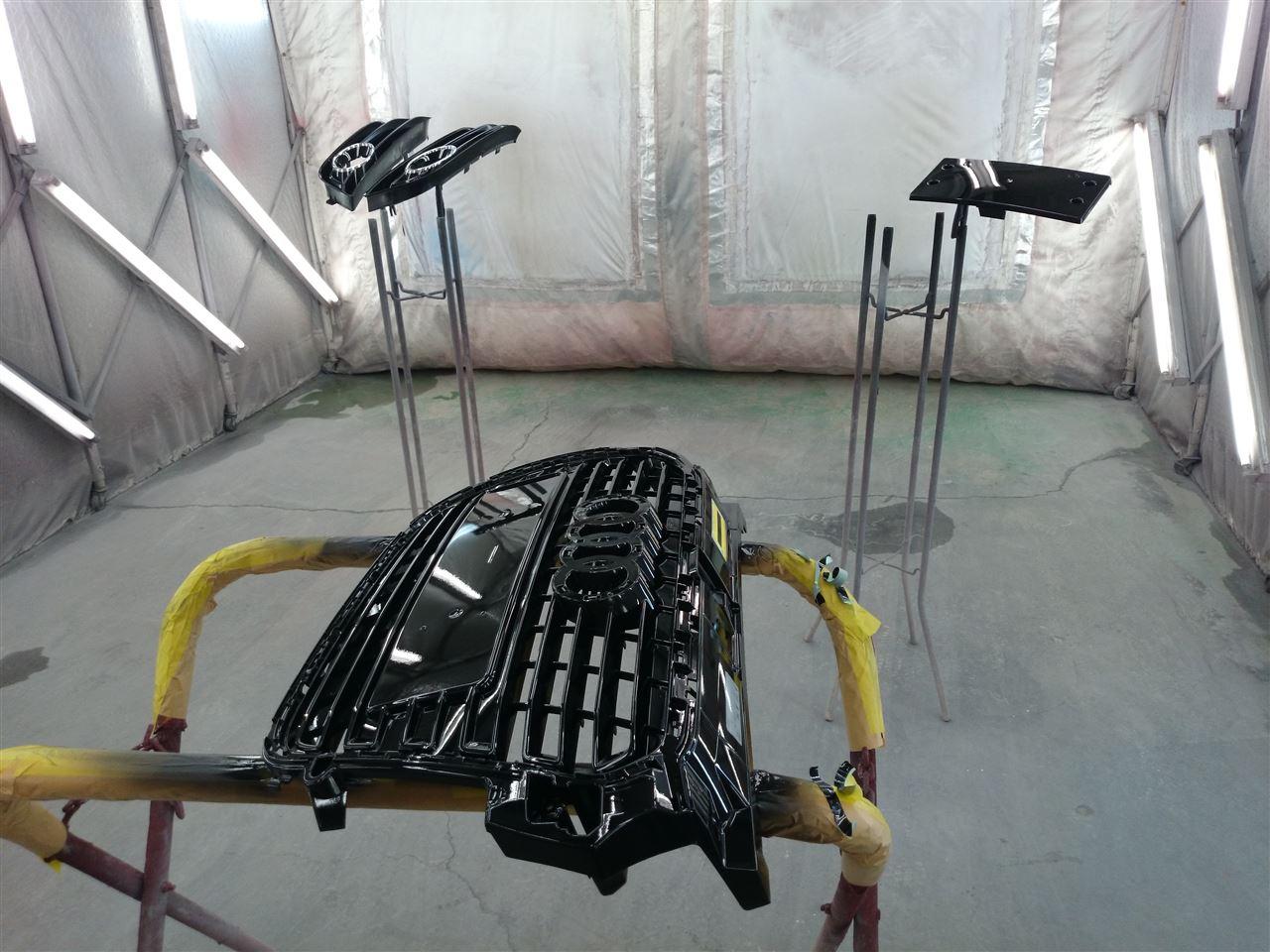 東京都立川市の車の板金塗装修理工場 ガレージローライドのアウディA1のフロントグリル艶ありブラック塗装です。