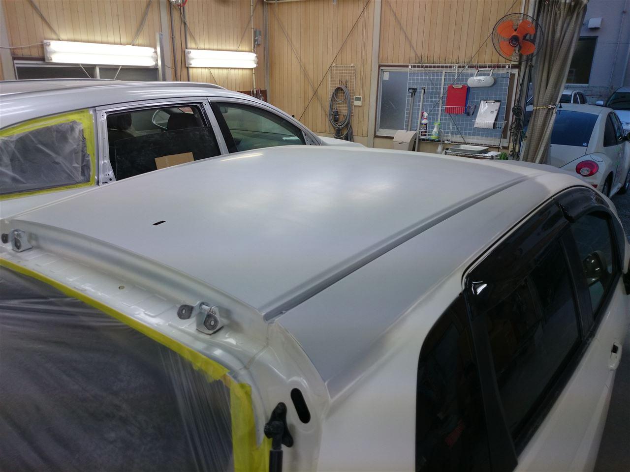 東京都立川市の車の板金塗装修理工場 ガレージローライドのホンダ フィットの雪被害によるルーフのキズ へこみ の板金 修理 塗装 です。