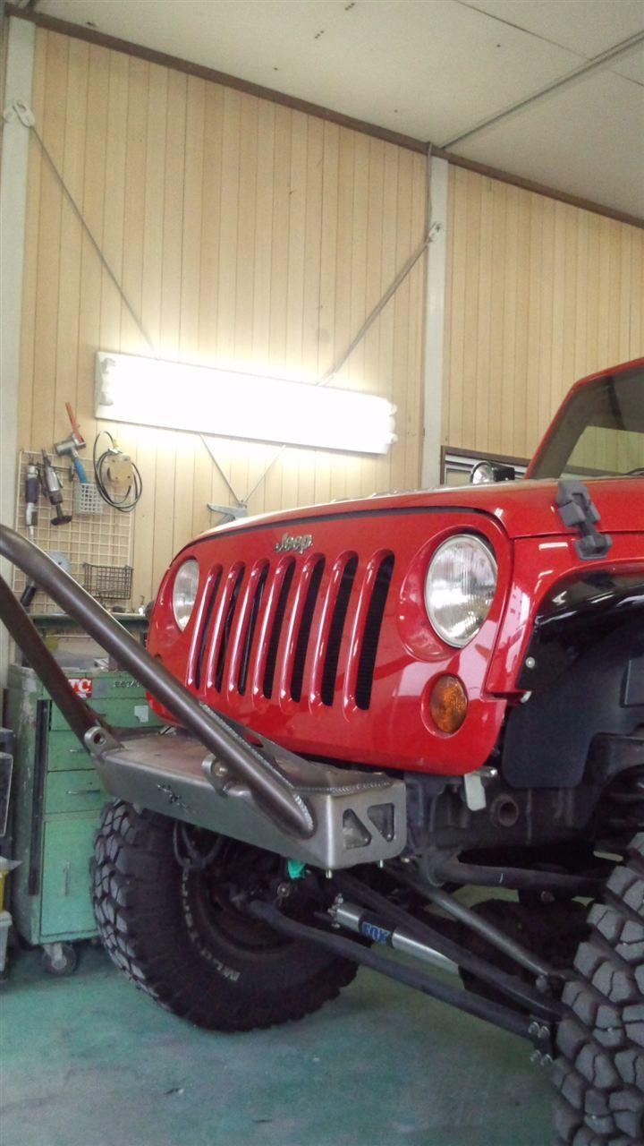 東京都立川市の車の板金塗装修理工場 ガレージローライドのジープ ラングラーのバンパー交換 サイドステップ交換  塗装 です。