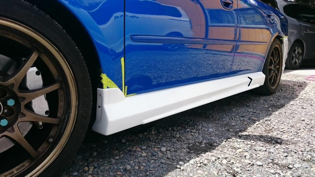 東京都立川市の車の板金塗装修理工場 ガレージローライドのスバル レガシィのエアロパーツ 塗装  取付です。