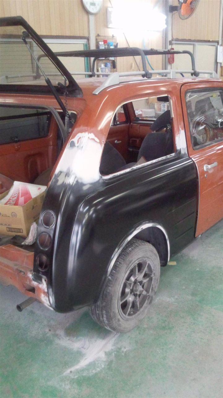 東京都立川市の車の板金塗装修理工場 ガレージローライドの日産 パオの右リヤフェンダーのキズ へこみ の板金 修理 塗装 です。