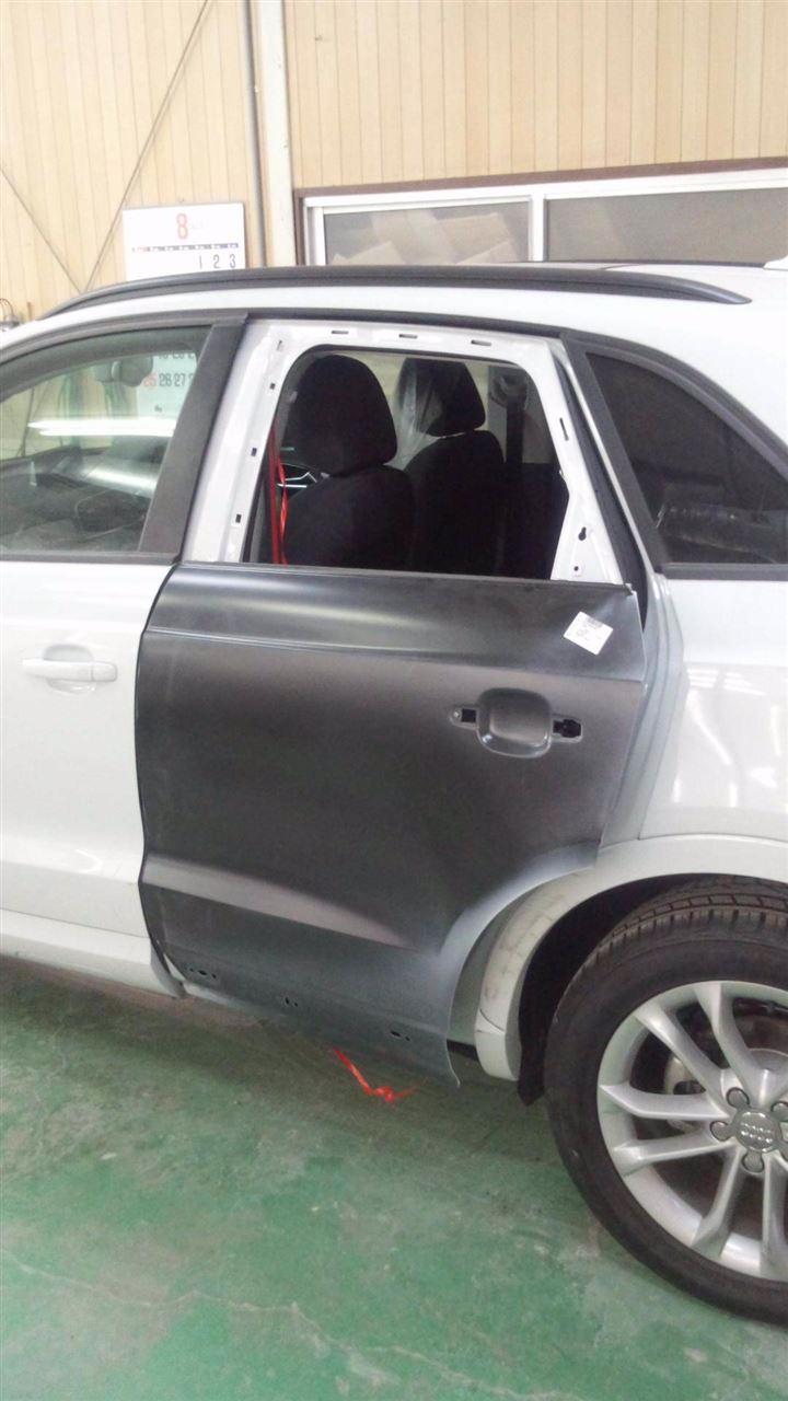 東京都立川市の車の板金塗装修理工場 ガレージローライドのアウディ Q3の左側面のキズ へこみ の板金 修理 塗装 です。