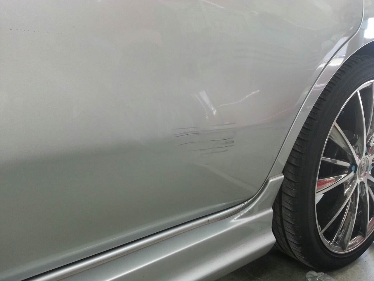 東京都立川市の車の板金塗装修理工場 ガレージローライドの日産 ノートの左側面のキズ へこみ の板金 修理 塗装 です。