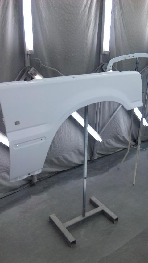 東京都立川市の車の板金塗装修理工場 ガレージローライドのレンジローバーの右前まわり、左リヤ部の車両保険を使ったキズ へこみ の板金 修理 塗装 です。