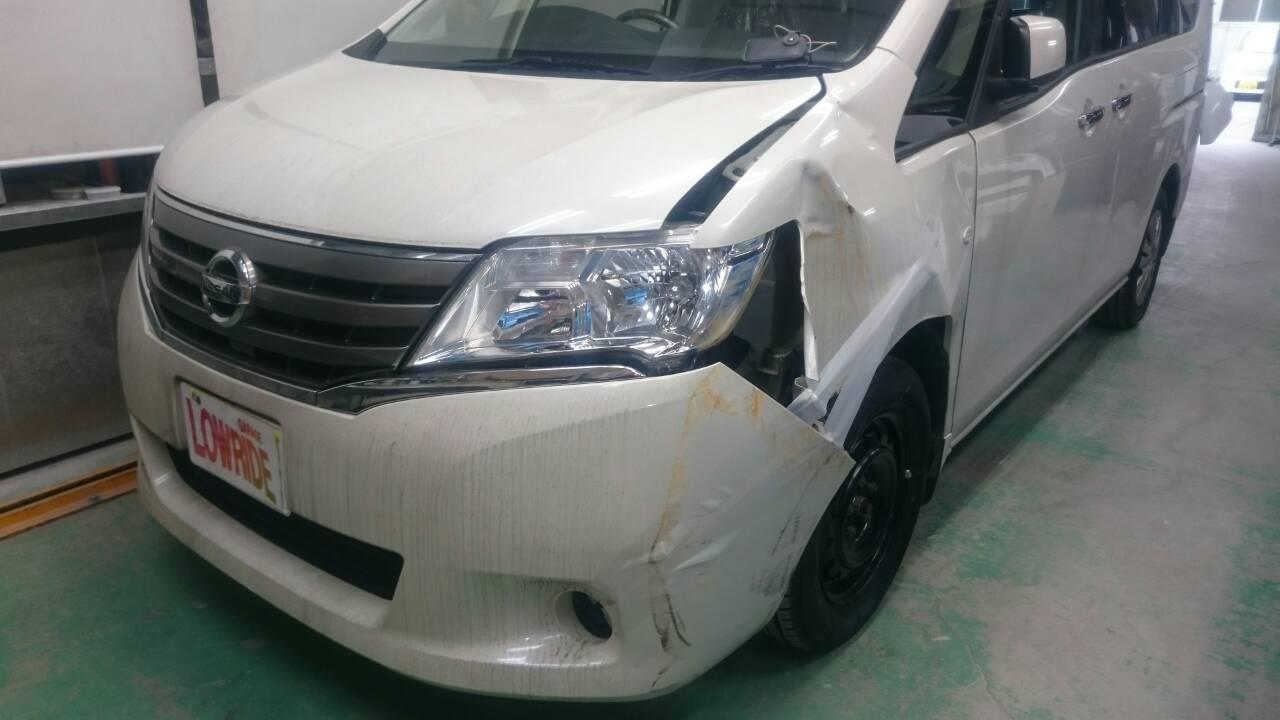立川市の車の板金塗装修理工場 ガレージローライドの日産 セレナの左側面のキズ へこみ の板金 修理 塗装 です。