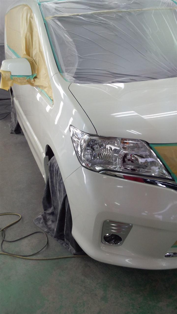 東京都立川市の車の板金塗装修理工場 ガレージローライドの日産 セレナ の新車のボディー磨き&ガラスコーティング です。