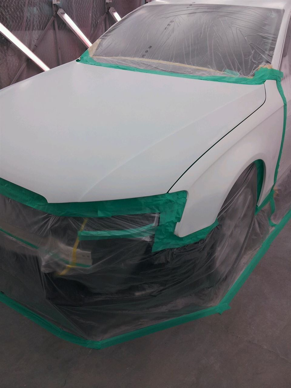 東京都立川市の車の板金塗装修理工場 ガレージローライドのアウディ A4の前まわりの飛び石キズの板金 修理 塗装 です。