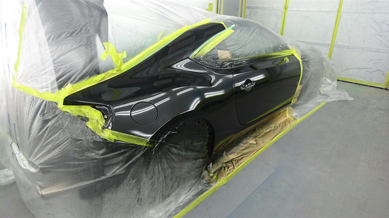 立川市の車の板金塗装修理工場 ガレージローライドのスバル BRZの右リヤフェンダ等のキズ へこみ の板金 修理 塗装 です。