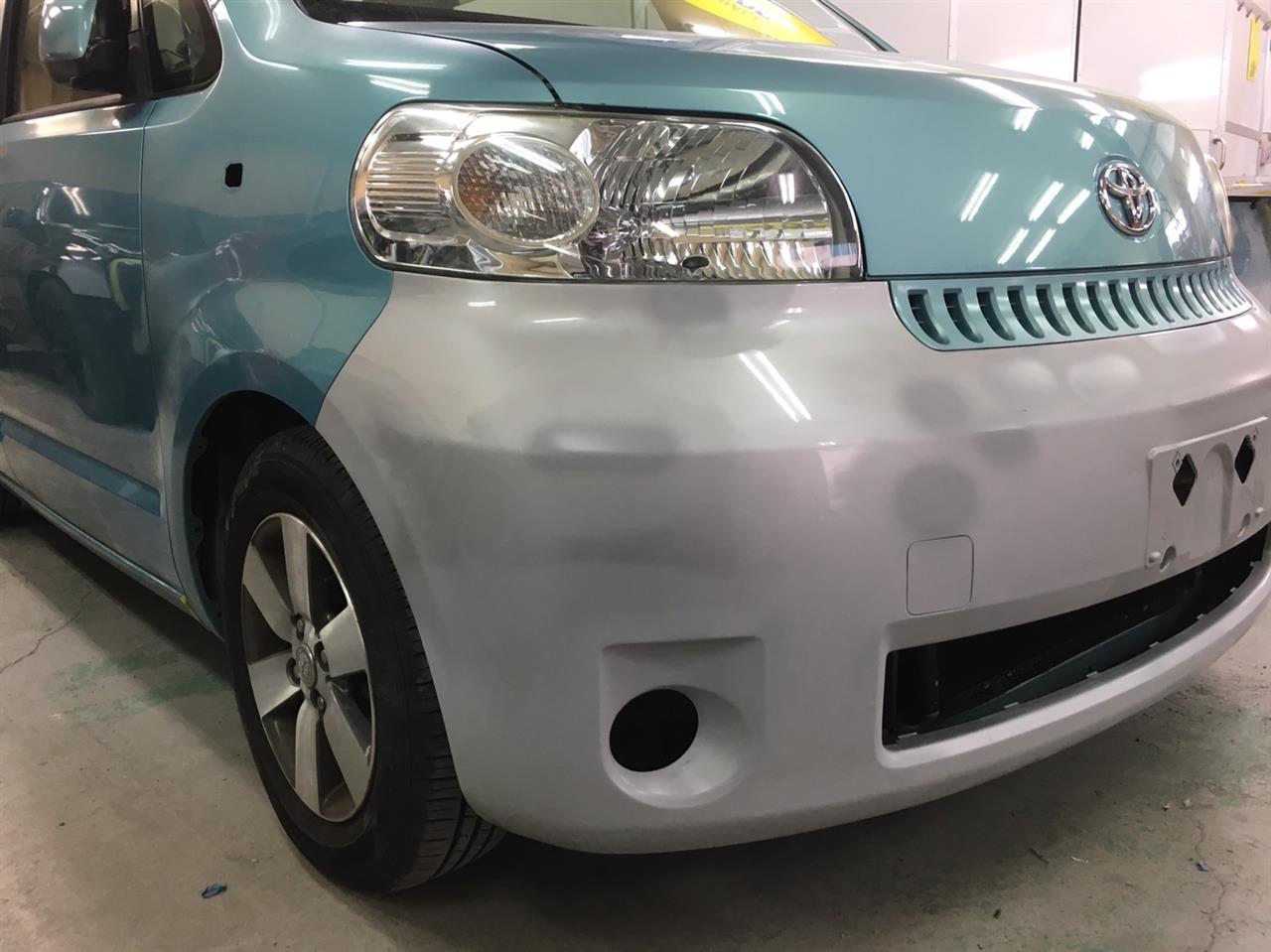 立川市の車の板金塗装修理工場 ガレージローライドのトヨタ ポルテの前まわりのキズ へこみ の板金 修理 塗装 です。