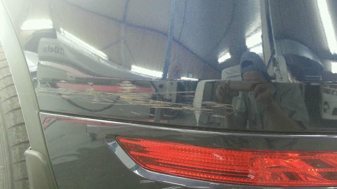 東京都立川市の車の板金塗装修理工場 ガレージローライドのフォルクスワーゲン トゥアレグの左リヤ部のキズ へこみ の板金 修理 塗装 です。