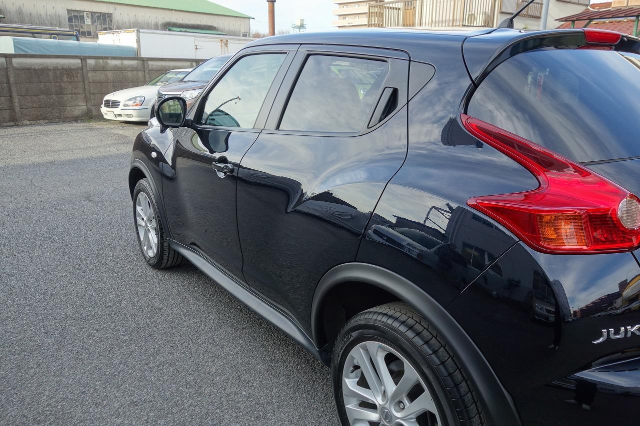 立川市の車の板金塗装修理工場 ガレージローライドの日産 ジュークの左リヤドア・リヤフェンダのキズ へこみ の板金 修理 塗装 です。
