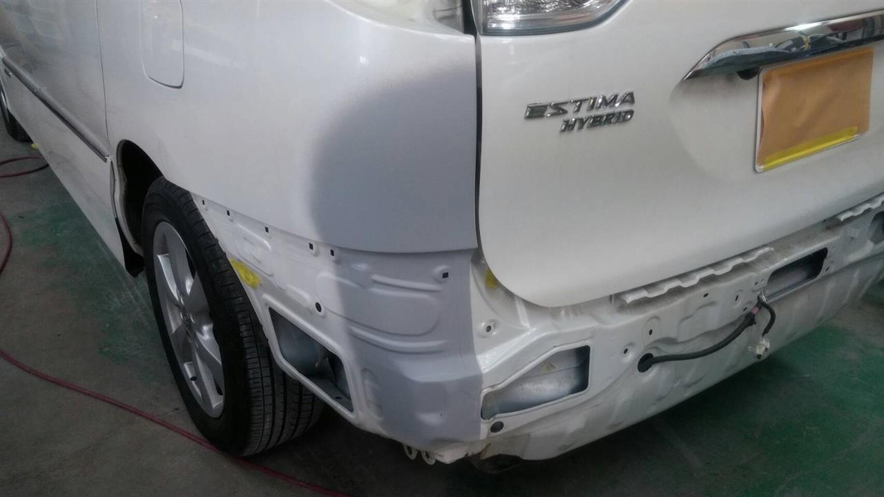 立川市の車の板金塗装修理工場 ガレージローライドのトヨタ エスティマのリヤまわりのキズ へこみ の板金 修理 塗装 です。