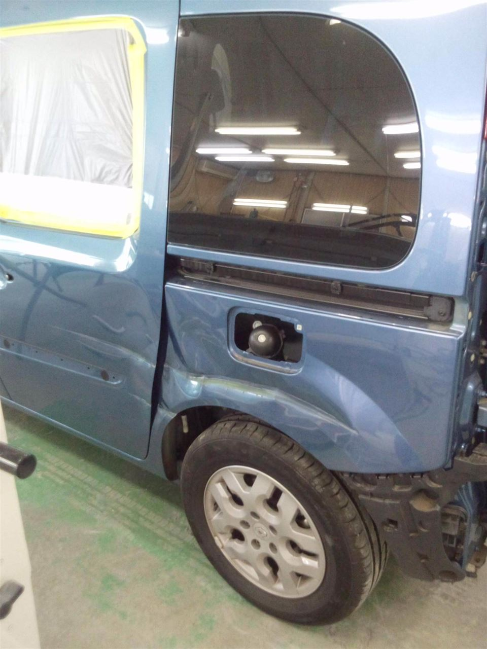 東京都立川市の車の板金塗装修理工場 ガレージローライドのルノー カングーの左側面のキズ へこみ の板金 修理 塗装 です。