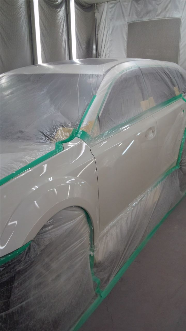東京都立川市の車の板金塗装修理工場 ガレージローライドのスバル レガシィ アウトバックの左側面のキズ へこみ の板金 修理 塗装 です。