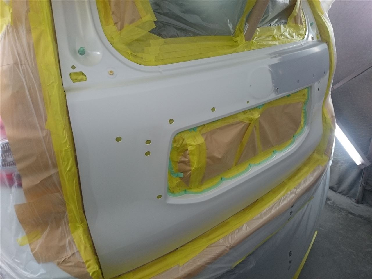 東京都立川市の車の板金塗装修理工場 ガレージローライドのトヨタ ランドクルーザープラドのキズ へこみ の板金 修理 塗装 です。