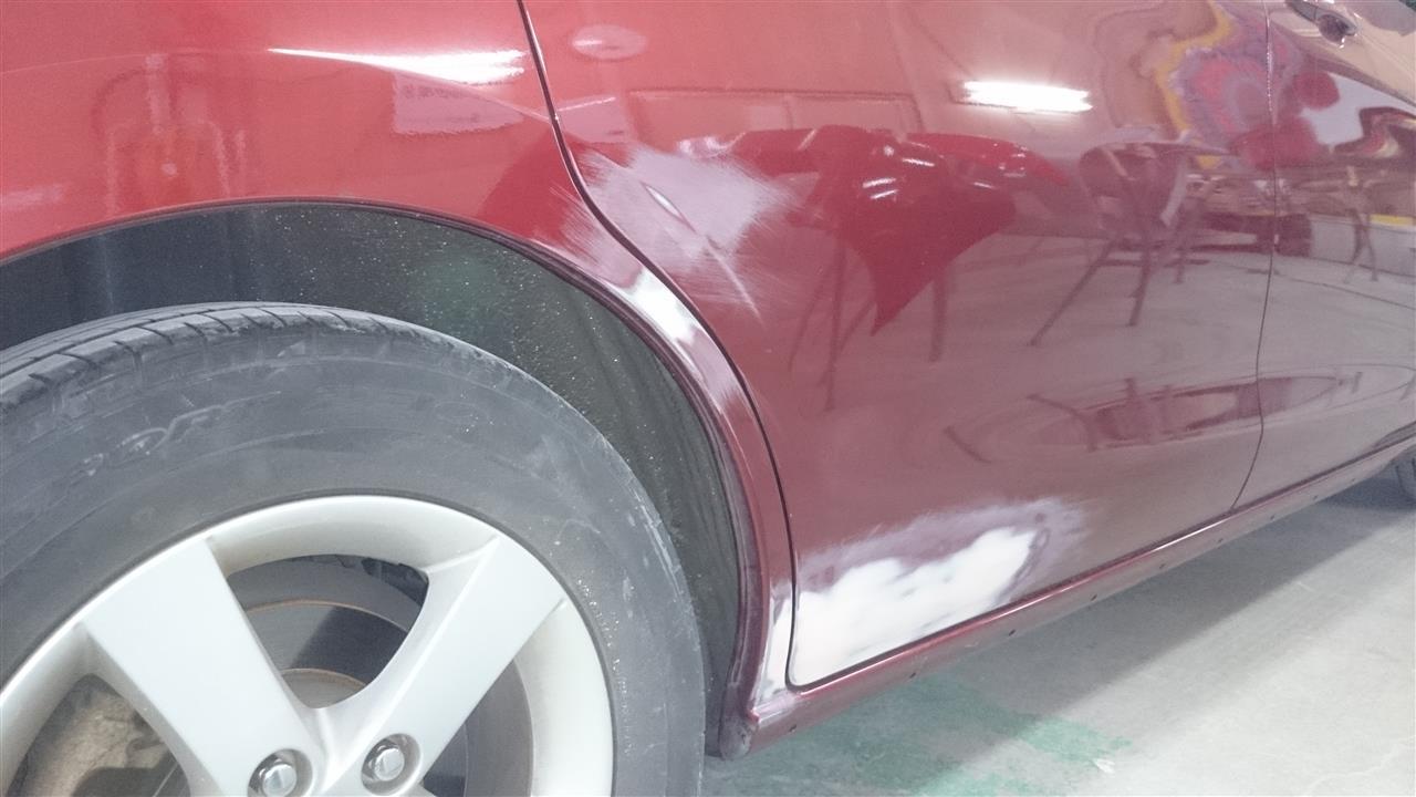 東京都立川市の車の板金塗装修理工場 ガレージローライドの日産 ラフェスタのフロントバンパー、右側面のキズ へこみ の板金 修理 塗装 です。