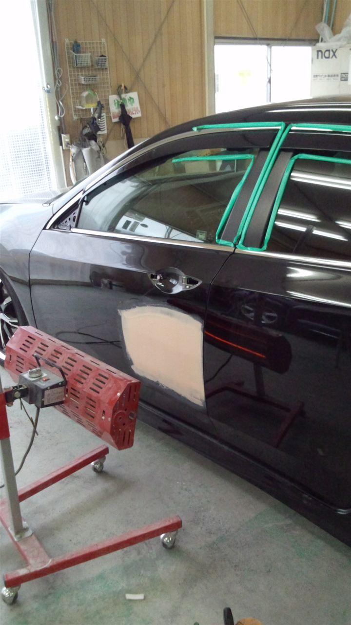 東京都立川市の車の板金塗装修理工場 ガレージローライドのホンダ アコードの左前後ドアのキズ へこみ の板金 修理 塗装 です。