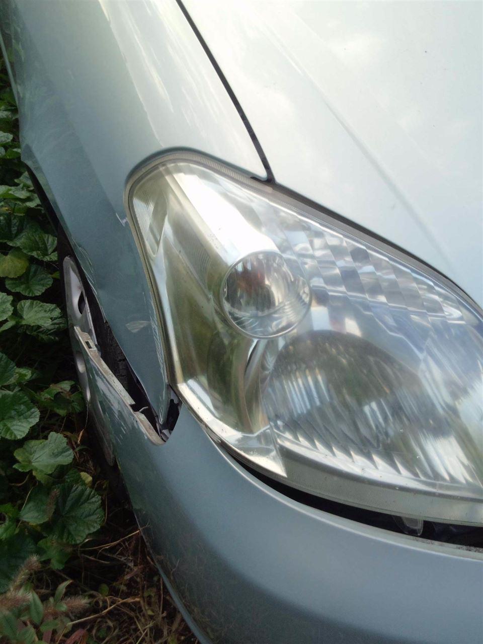 東京都立川市の車の板金塗装修理工場 ガレージローライドのトヨタ ラウムの前まわり 左側面のキズ へこみ の板金 修理 塗装 です。