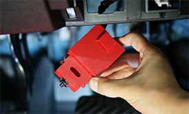 OBD GUARDをスライドさせると、コネクタは内部で固定