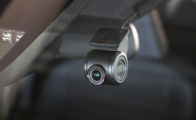 コンパクトなカメラは視界の邪魔になりにくい