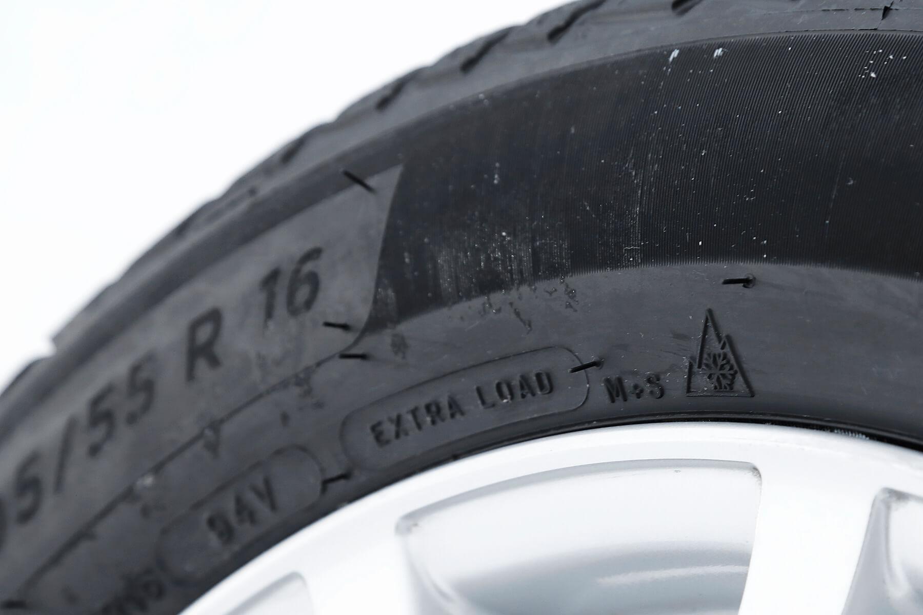 欧州で冬季用タイヤとして走行性能基準が認められたタイヤに打刻される「スリーピークマウンテンスノーフレーク」。高速道路における冬用タイヤ規制下でも走行が可能だ