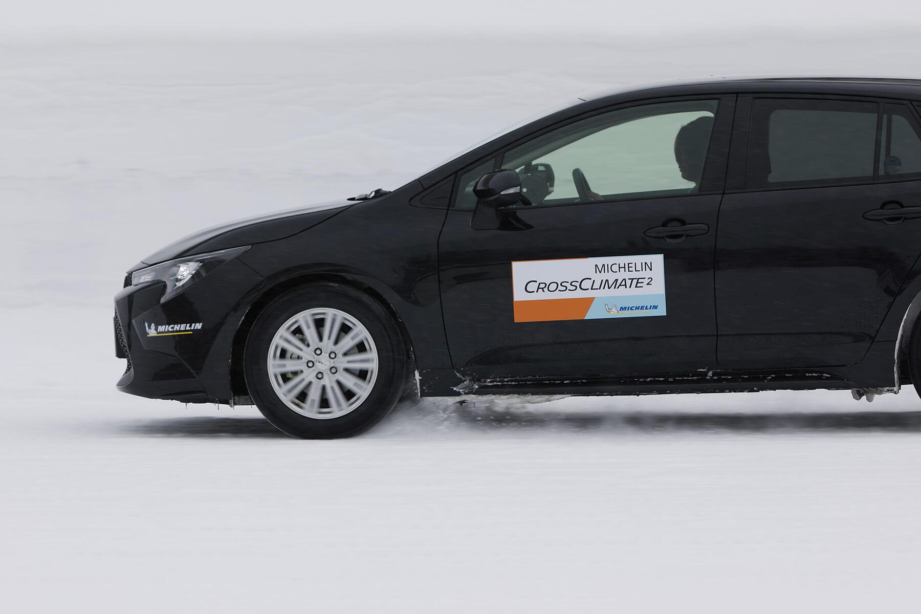 前作と比較し、雪上ブレーキング性能が約7%向上。強くブレーキを踏んでも、タイヤがしっかりと雪を噛んでくれる安心感がある