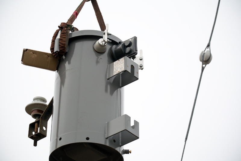 電柱に装着する為に吊り上げられる新品の柱上トランス