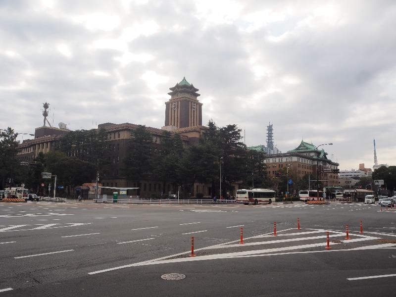 「市役所」交差点……から名古屋市役所本庁舎(左)、愛知県庁本庁舎(右)