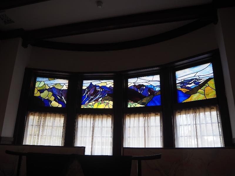 文化のみち 二葉館(旧川上貞奴邸)1階 展示室1 ステンドグラス(アルプスの景色)