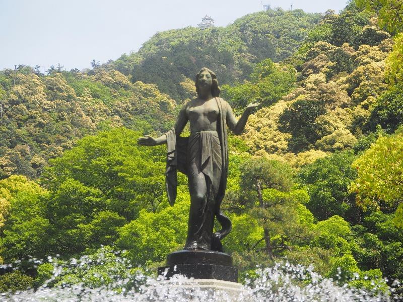 岐阜公園 花壇の噴水……から岐阜城