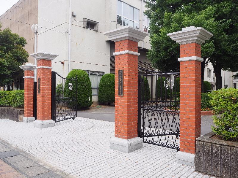 加納小学校 赤門(正門)