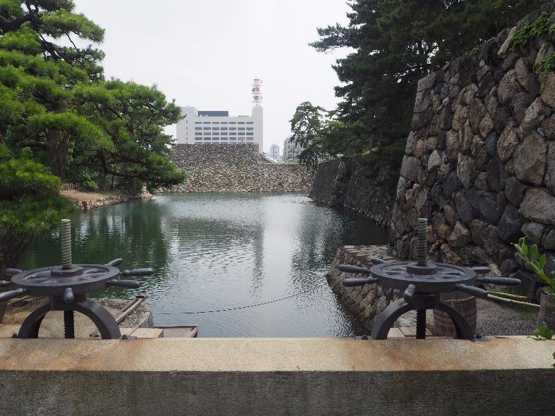 玉藻公園 (史跡高松城跡) 水門……から内堀