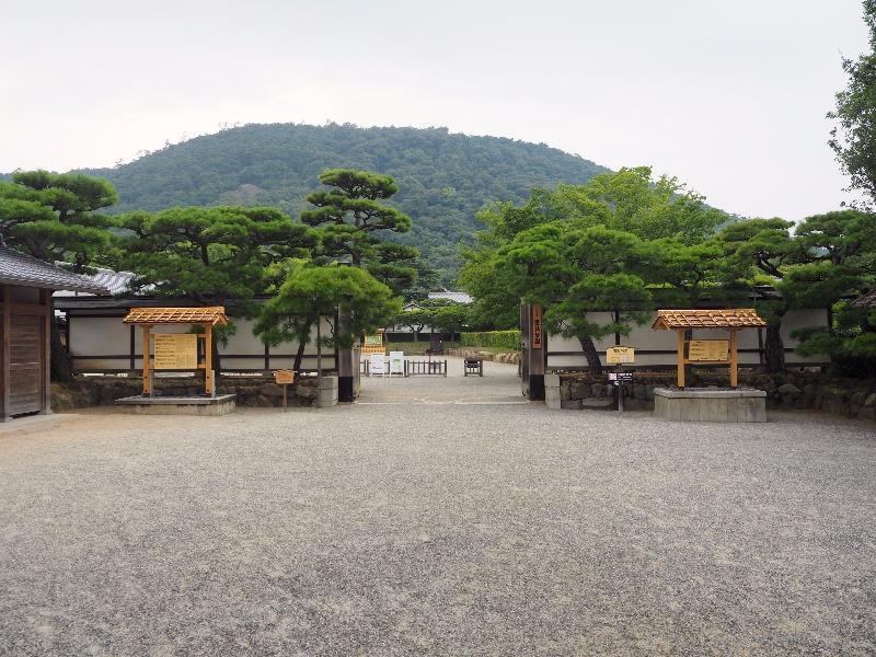 栗林公園 東門(切手御門)……から紫雲山