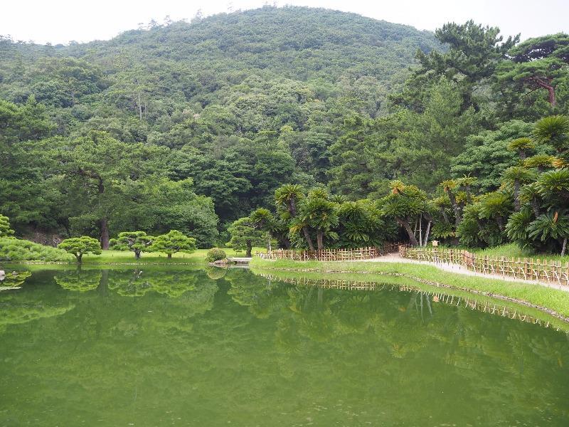 栗林公園 涵翠池……から紫雲山