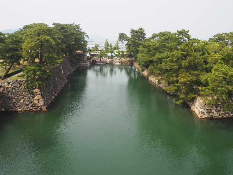 玉藻公園 (史跡高松城跡) 天守閣跡……から内堀、水門