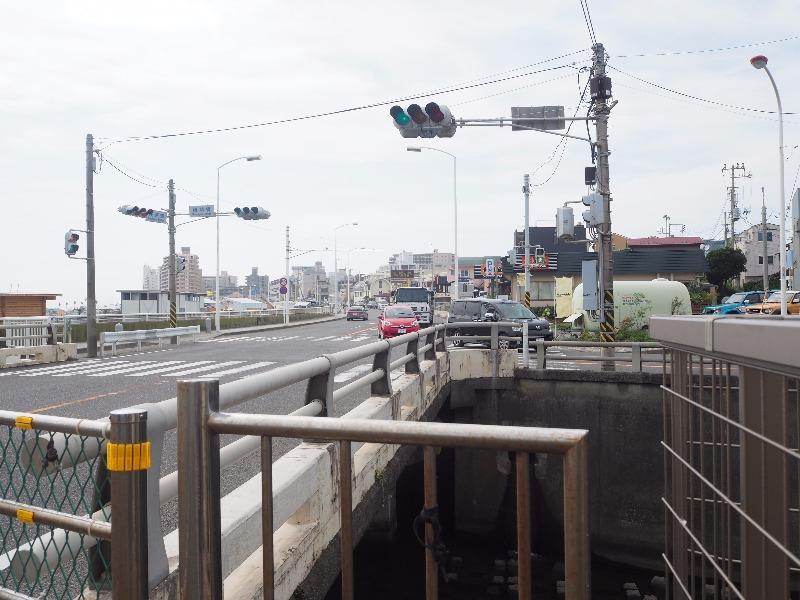 「腰越橋」交差点
