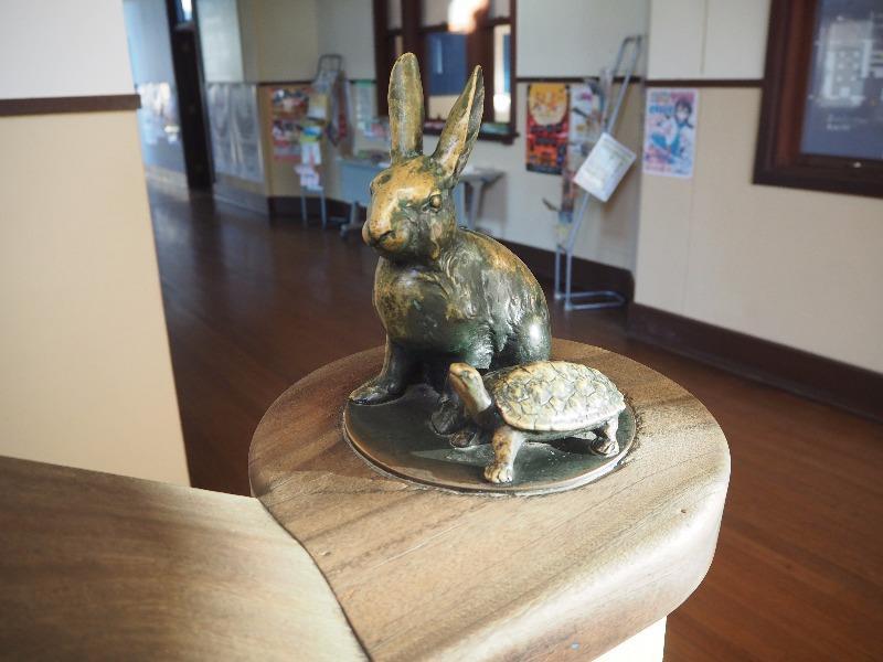 豊郷小学校 旧校舎群 1F~2F階段 ウサギとカメ(正面)