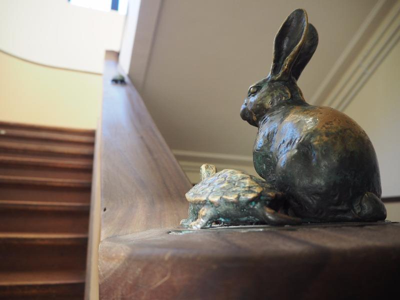 豊郷小学校 旧校舎群 1F~2F階段 ウサギとカメ(背)