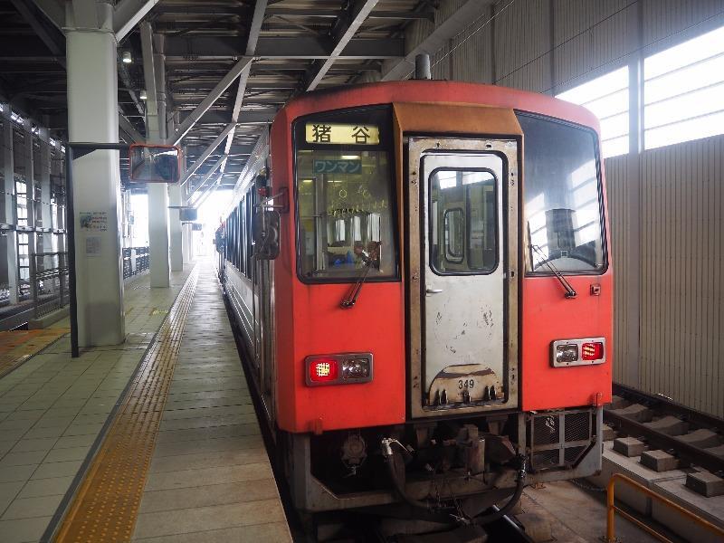 富山駅 ホーム キハ120形気動車