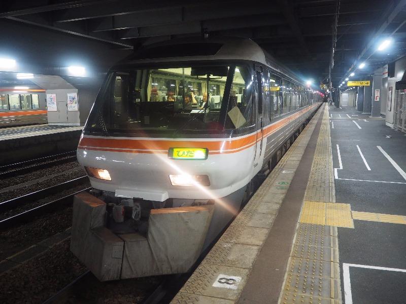 高山駅(夜)1番のりば ワイドビューひだ 98号(臨時列車)